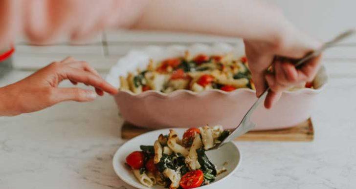 Intenta comer de manera intuitiva en vez de empezar una nueva dieta