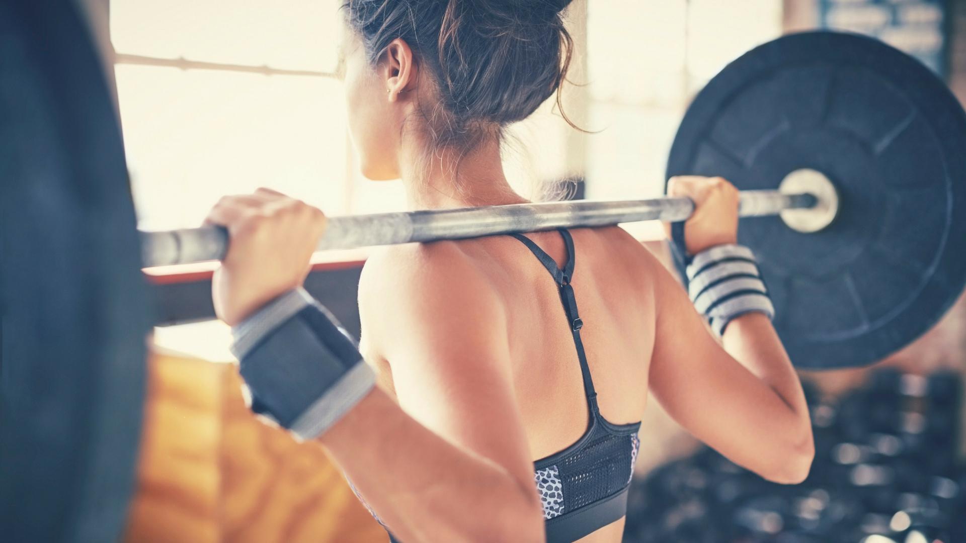 Evita estos dos errores cuando empiezas a entrenar con pesas
