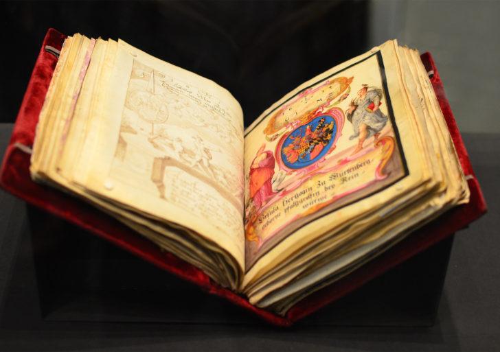 Este viejo libro tiene las firmas de varias figuras históricas