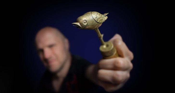 Mira cómo restauran este viejo pájaro de bronce