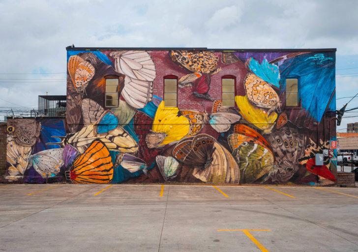 Este artista pinta enormes mariposas en las fachadas de edificios