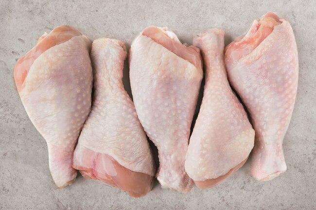 Así es cómo se descongela rápido y seguro el pollo
