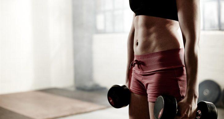 Agrega estos ejercicios con mancuernas para tus piernas y glúteos a tu rutina