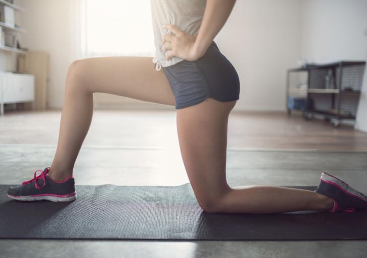 Estira tu cadera de esta manera para aliviar esa tensión