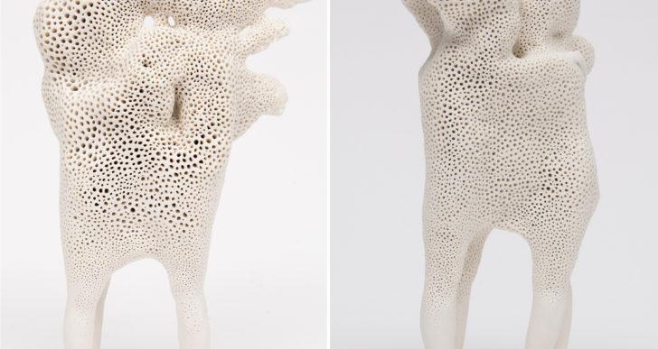 Masas abstractas de porcelana consumen figuras abrazándose