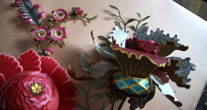 Un ramo escultural dramático de flores de papel tapiz