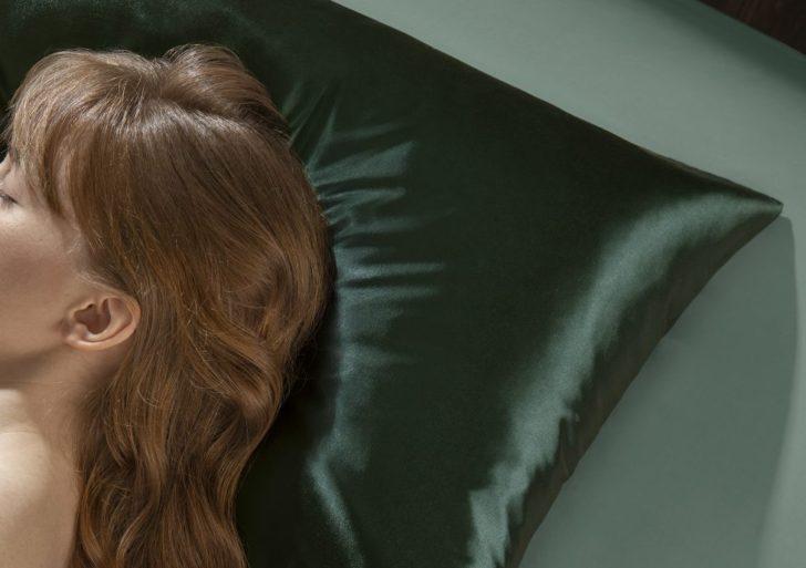 Deberías invertir en una buena funda de almohada de seda para tu pelo y tu cara
