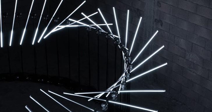 Un círculo de luces ondulantes en una instalación cinética