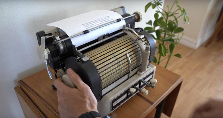 Esta máquina para escribir trilingüe tiene miles de caracteres