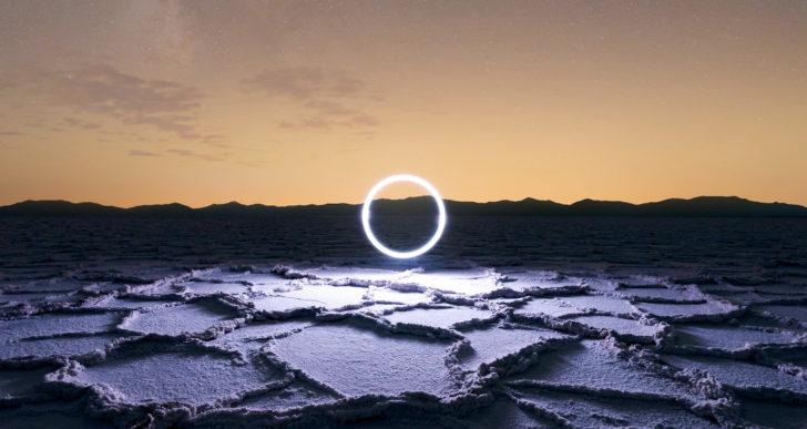Figuras geométricas de luz bailan en las obras de Reuben Wu