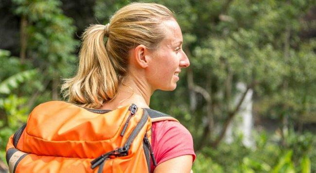 Usa una mochila pesada para hacer tus paseos más intensos