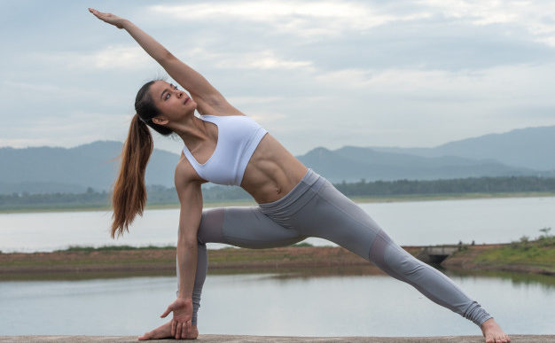 Una guía para principiantes de vinyasa yoga
