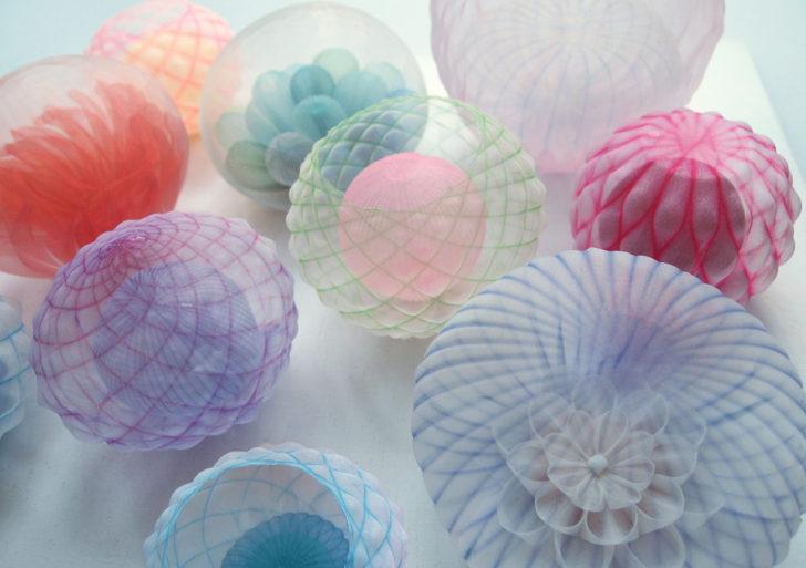 Textiles traslúcidos forman organismos y objetos mundanos