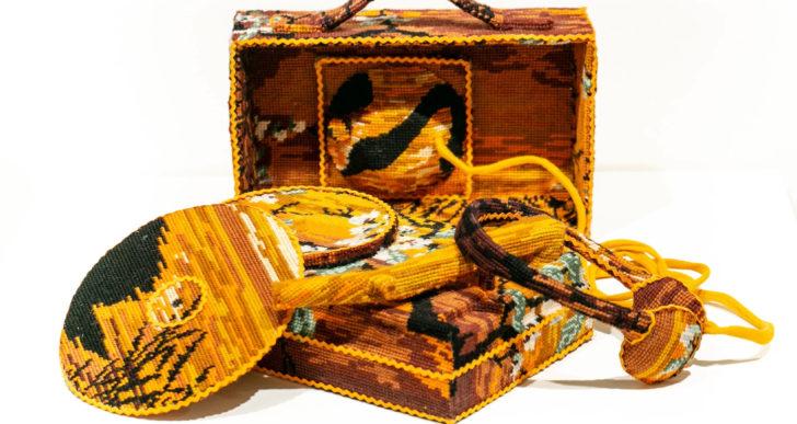 Textiles vintage cubren objetos cotidianos por Ulla-Stina Wikander