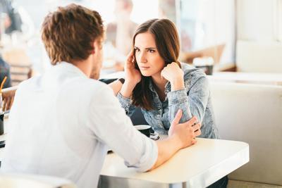 Señales de estás saliendo con alguien sin experiencia romántica