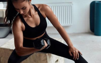 Consigue más músculo con esta rutina con una sola mancuerna