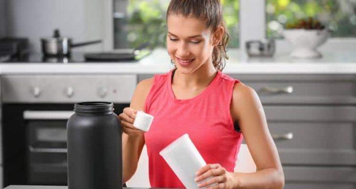¿Pasa algo si tomas licuados de proteína vencidos?