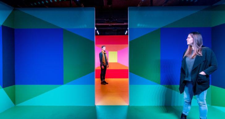 Luces y bloques pintados distorsionan la perspectiva en estas instalaciones