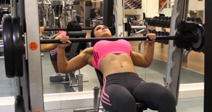 ¿Qué es mejor en el gym, pesas o máquinas?
