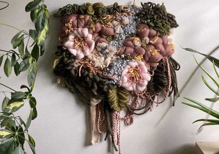 Flores hechas de fibras decoran las paredes por Alyssa Ki
